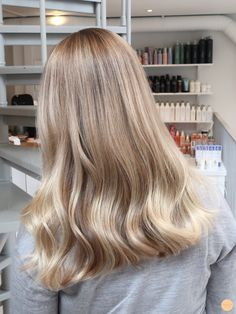 Slingor kall blond – Peach Stockholm - All For Hair Cutes Cold Blonde, Blonde Hair Looks, Light Blonde Hair, Balayage Hair Blonde, Long Curly Blonde Hair, Perfect Blonde Hair, Champagne Blonde Hair, Strawberry Blonde Hair Color, Hair Highlights