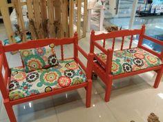 Poltronas feitas com beliches antigas compuseram o ambiente da sala que ficou um chame com as almofadas coloridas