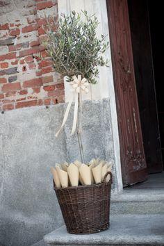 decorazioni, una pianta d'ulivo, il riso e una cesta in vimini... i sapori bucolici sono tornati di moda...