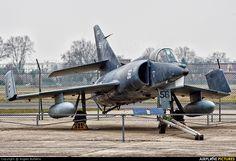 Aviones Caza y de AtaqueDassault Étendard IV Tipo Cazabombardero embarcado  Fabricante   Dassault Aviation Primer vuelo 21 de mayo de 1958 Introducido 26 de julio de 1961 Generación   2º Retirado 1991 (Étendard IVM) 2000 (Étendard IVP) Estado Retirado Usuario  Aviación Naval Francesa N.º construidos