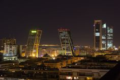 Así se ven las inclinadas Torres Kio y las 4 Torres Business Area desde la azotea del Hotel NH Eurobuilding...  Madrid: de scheve Kio-Torens en de 4 torens Business Area gezien vanaf het dak van het NH Eurobuilding Hotel..