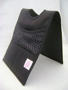 Lixeira dupla para colocar no câmbio do carro. Feita em tecido acetinado dublado. Tem 2 bolsos pequenos e 2 grandes. R$ 31,00