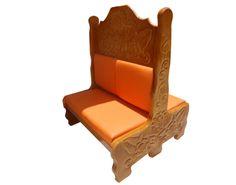 Booth con Tallado.  Descripción: Diseño: Tallado de Flores Color: Madera Natural Asiento: Vinil Naranja  2 Personas