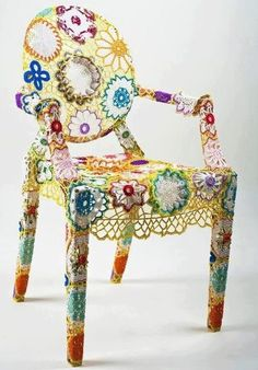 Fuente: http://makinology.tumblr.com/post/44551245876/gorgeous-chair-decor