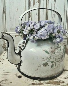 Enamel tea pot with flowers is just beautiful, perfect for a Romantic - Shabby Chic look! Enamel tea pot with flowers is just beautiful, perfect for a Romantic - Shabby Chic look! Shabby Chic Wardrobe, Shabby Chic Mode, Shabby Chic Bedroom Furniture, Shabby Chic Mirror, Estilo Shabby Chic, Shabby Chic Living Room, Shabby Chic Interiors, Shabby Chic Bedrooms, Shabby Chic Kitchen