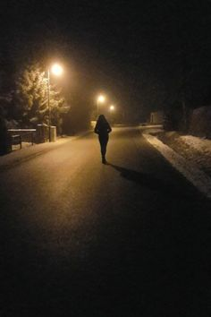 snow winter cute pic girl and boy dark night picture stars moon Shadow Pictures, Night Pictures, Cool Girl Pictures, Tumblr Photography, Girl Photography Poses, Profile Pictures Instagram, Snapchat Picture, Mood Instagram, Teenage Girl Photography