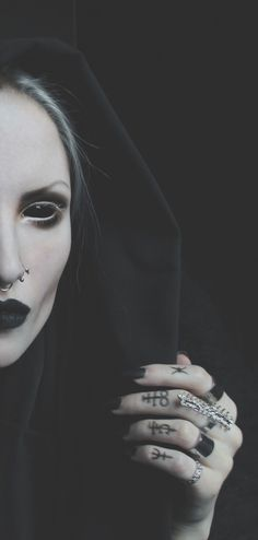 halloween gothic demon queen costume and make up inspiration                                                                                                                                                                                 Más