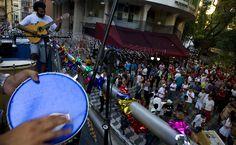 27/jan/2013 - BRASIL - SÃO PAULO - CENTRO - Foliões dançam no Bloco do Redondo, no centro de São Paulo. By FSP.