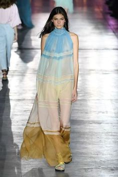 See all the Collection photos from Alberta Ferretti Spring/Summer 2019 Ready-To-Wear now on British Vogue Women's Runway Fashion, Spring Fashion Trends, Couture Fashion, Fashion Models, Autumn Fashion, Fashion Oops, Fashion Outfits, Stylish Girl Pic, Classy Casual