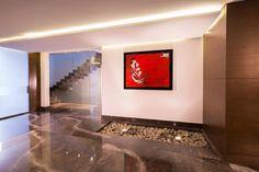 Pasillo: Pasillo, hall y escaleras de estilo  por URBN