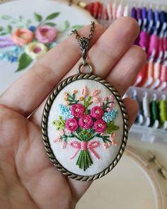 자동 대체 텍스트를 사용할 수 없습니다. Bullion Embroidery, Embroidery Hearts, Hand Embroidery Stitches, Embroidery Jewelry, Crewel Embroidery, Embroidery Hoop Art, Ribbon Embroidery, Piping Patterns, Diy Embroidery Patterns