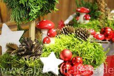 Adventdeko mit Fliegenpilzen, Sternen und Kugeln, Adventsdeko in rot-weiß, Adventsgestecke