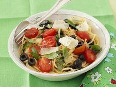 Pasta mit Cocktailtomaten, Oliven und Parmesan ist ein Rezept mit frischen Zutaten aus der Kategorie Fruchtgemüse. Probieren Sie dieses und weitere Rezepte von EAT SMARTER!