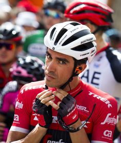 """Trek-Segafredo's Spanish cyclist Alberto Contador ajusts his helmet prior to the start of the 8th stage of the 72nd edition of """"La Vuelta"""" Tour of Spain cycling race, a 199,5km route between Hellin to Xorret de Cati, in Hellin on August 26, 2017. / AFP PHOTO / JAIME REINA"""
