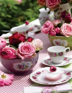 Roses just go so well with tea. Guess it's not a coincidence that it's my birth month flower <3