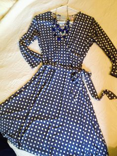 Such a cute dress. The v-neck & tie waist give it a feminine touch. The toe also gives it a waistline, which I think would be flattering on me. The colors are nice too (blue & white pattern). The necklace is a bit chunkier than I like though. I prefer something that is more delicate looking.