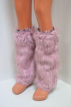 Ефектни гети калци с дълъг еко косъм в пепелен- розов цвят. Гетите са с височина до коляното с ластик в горната част за да не се смъкват. От вътре са с подплата.
