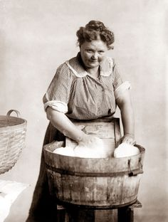Washing Clothes the old fashioned way - 2 wash tubs, 1 wash board & one clothes wringer if youre feeling fancy! Just add soap and water! Vintage Pictures, Old Pictures, Vintage Images, Old Photos, Objets Antiques, Foto Transfer, Homemade Laundry Detergent, Homemade Deodorant, Wash Tubs