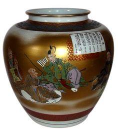 японская фарфоровая ваза эпохи Эдо с перед церемониальным занавесом сидят высшие сановники в роскошных золоченых шелковых одеждах и стоит дама в придворном наряде. Ее длинные черные волосы ниспадают на плечи и спускаются вниз до самого пола, на на длинное, шлейфом скользящее кимоно . В центре картины изображен облаченных в охотничий костюм, юный князь с большим луком и колчаном, полным стрел, за спиной. Он разговаривает с буддийским монахом, сидящем подле. Придворные желают хозяину замка…