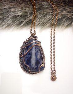 Najkrajší darček, sodalit,  drôtený, tepaný a patinovaný medený šperk, drôtikovaný prívesok s minerálom, šperky s kameňom, blog od Zirnitra so špekami z minerálov.