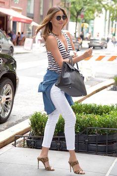 promo code e9f0a 71d05 Miranda Kerr con un tank top de rayas de T by Alexander Wang, pantalones  blancos, camisa denim atada a la cintura de Burberry, el bolso Birkin de  Hermès en ...
