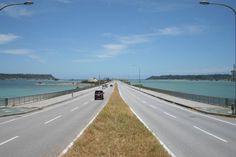 マリンブルーの海を走り抜ける 爽快なドライブコース「海中道路」 | 沖縄の穴場カフェや絶景スポットを便利に検索。沖縄旅行・観光の厳選情報【沖縄CLIP】