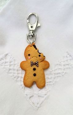 The keychain is made from polymer clay. Cute Polymer Clay, Polymer Clay Charms, Diy Clay, Polymer Clay Jewelry, Clay Crafts, Picture Keychain, Disney Keychain, Fimo Kawaii, Crystal Keychain