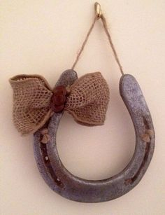 DIY Horseshoe Decorative Wall Hanging w/ Burlap Bow and Button Accents Horseshoe Projects, Horseshoe Crafts, Horseshoe Art, Horseshoe Ideas, Lucky Horseshoe, Western Crafts, Country Crafts, Western Decor, Burlap Crafts