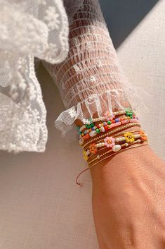 DIY Beaded Daisy Chain Bracelet - Honestly WTF clothing and accessories DIY Beaded Daisy Chain Bracelet - Honestly WTF Jewelry Kits, Cute Jewelry, Diy Jewelry, Beaded Jewelry, Jewelery, Beaded Necklace, Jewelry Making, Beaded Bracelets, Trendy Jewelry