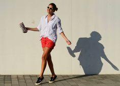 short coral, camisa branca e tênis preto via: stylelovely.com/mydailystyle/pagina/2#