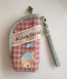A little girl Japanese Patchwork, Patchwork Bags, Key Pouch, Cute Cases, Key Fobs, Fabric Scraps, Sewing Hacks, Little Girls, Coin Purse
