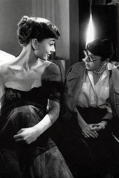 Audrey Hepburn and Edith Head Per RLK.There was only one Audrey Hepburn, and definitely one designer that was the epitome of Hollywood glamor-Edith Head. Style Audrey Hepburn, Katharine Hepburn, Vintage Hollywood, Classic Hollywood, Hollywood Fashion, Katharine Ross, American, Edith Head, Mae West