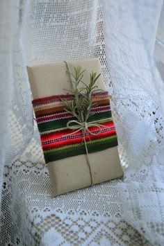 pacchetto regalo con stoffa peruviana e erbe aromatiche.