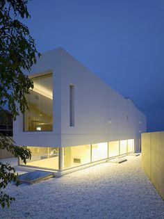 This is the Garden and Sea house by Takao Shiotsuka Atelier. The slope of the ground is noticeable from the windows of the first level, changing depending on where the person stands. The upper level has a view of the sea, meaning that the client has different experiences depending on which level.