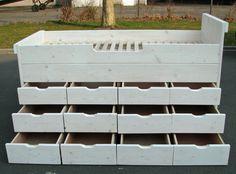 Middenslaper van massief hout. Twaalf diepe laden (80cm) geven genoeg ruimte voor kleding en speelgoed. Behandelt met vernisolie wit/whitewash, maar ook in meer dan 160 andere kleuren verkrijgbar.