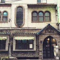 もしかしたらレトロな喫茶店をちょうど探していた人も多いのではないのでしょうか?今回は東京都内にあるレトロな喫茶店を6店ご紹介します。 Japanese Style House, Japanese Modern, Cafe Japan, Casa Retro, Shop Facade, Cozy Cafe, Fantasy House, Shop Fronts, World Cities
