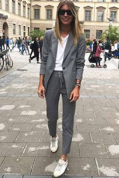 Wearing suits is not only for men! Women suits are the new trend of this season. If you want to look cool and stylish, you should buy a suit and match. Suit Fashion, Work Fashion, Curvy Fashion, Fashion Outfits, Womens Fashion, Fashion Trends, Fashion Clothes, Women's Clothes, Fashion Details