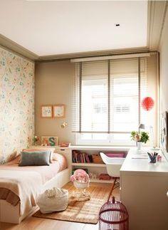 Habitación infantil, mueble a medida blanco de cama con cajones, cabecero y estantería, papel pintado y alfombra