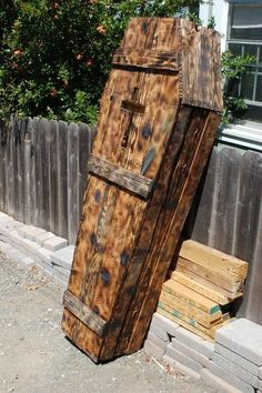 Need to save money on a funeral? Repurpose old pallets into a coffin! Using it as a Halloween decoration is probably best though. Halloween Prop, Halloween Palette, Halloween Coffin, Halloween Graveyard, Holidays Halloween, Halloween Crafts, Happy Halloween, Halloween Decorations, Halloween Stuff