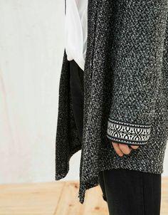 Jacquardjacke mit Kapuze. Entdecken Sie diese und viele andere Kleidungsstücke in Bershka unter neue Produkte jede Woche