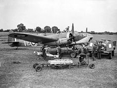 Vintage Aircrafts A Bristol Blenheim of No. 110 Squadron being prepared for its next sortie at RAF Wattisham, June Air Force Bomber, Air Force Aircraft, Ww2 Aircraft, Military Aircraft, Bristol Blenheim, Gun Turret, Ww2 Planes, Battle Of Britain, Aircraft Design