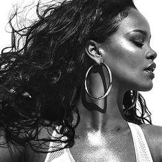 Photos: See Rihanna's Vogue Cover, Photographed By Mert Alas and Marcus Piggott Rihanna Vogue, Rihanna Fenty, Guy Bourdin, Shakira, Photos Rihanna, Rihanna Photoshoot, Rihanna Cover, Alas Marcus Piggott, Look 2018