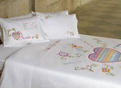 """Jogo de cama/ arrumação com o bordado """"lenço dos namorados"""". Retirado de: https://www.facebook.com/Lameirinho.pt"""