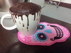 Mug cake senza uova e senza latte Ingredienti: - 2 cucchiai di farina - 2 cucchiai e mezzo di zucchero di canna - cucchiaio di cacao amaro - 1 pizzico di