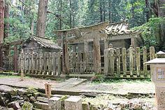 old-japanese-crypt-behind-traditional-gate-21425028.jpg (400×267)