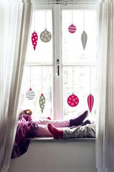 Globurile colorate de Crăciun pot înfrumuseța chiar și ferestrele casei tale. Ce forme îți plac cel mai mult?