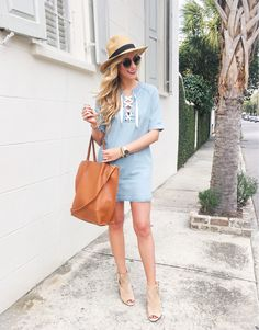 """Strolls on these manicured streets y'all. 😍💙 We took a short walk from our hotel to @167raw for the most delish fish tacos, guac and lobster rolls today! Ps. Was I the only person who didn't realize how many palm trees there are in Charleston?! 🌴 