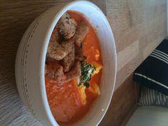 Billig og god middag: Hjemmelaget tomatsuppe med krutonger og egg