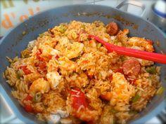 Recette Jambalaya : Si les crevettes sont crues, les faire cuire pendant 2 min dans de l'eau salée, puis les laisser refroidir et les décortiquer.Réserver d'un côté les crevettes et de l'autre les têtes et les carapaces.Dans une grosse marmite, placer les blancs de poulet entiers, les pa...