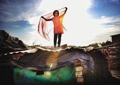 """Chris de Bode (@chrisdebode) passou os últimos seis anos de olho (#EyesOn) nos sonhos de crianças de pelo menos uma dúzia de países, do Afeganistão até a Índia, México, Moçambique e outros. Durante o trabalho em seu projeto """"I Have a Dream"""" (Eu tenho um sonho), para a organização Save the Children da Holanda, Chris fotografou inúmeras crianças e se encontrou envolvido em um tema comum. """"Todos nós temos sonhos"""", diz o fotógrafo e cineasta de Amsterdã. """"Mas alguns de nós conseguem sonhar mais…"""